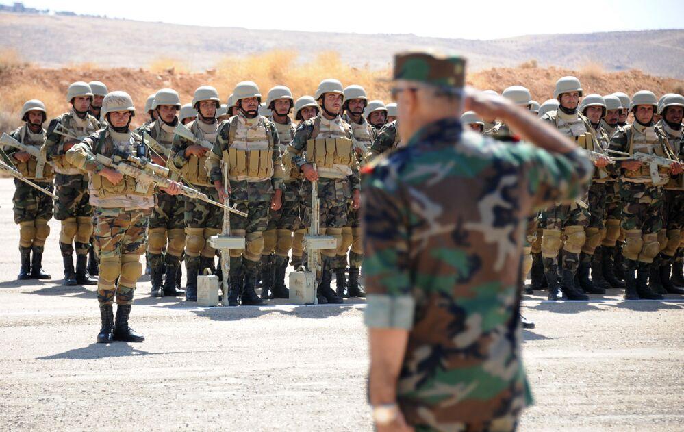 Tropas de elite sírias em formação durante o tour guiado pelo Exército da Rússia em base de Yafour, Síria