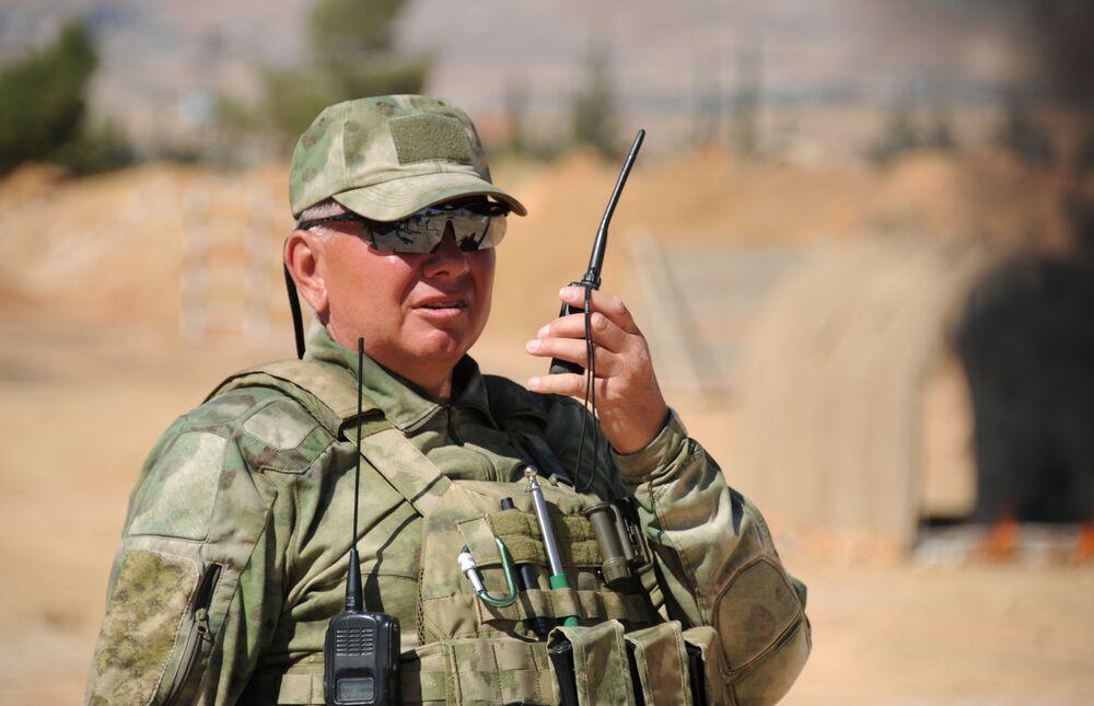 Instrutor russo em comunicação via rádio durante treinamento de soldados sírios na base militar de Yafour, Síria