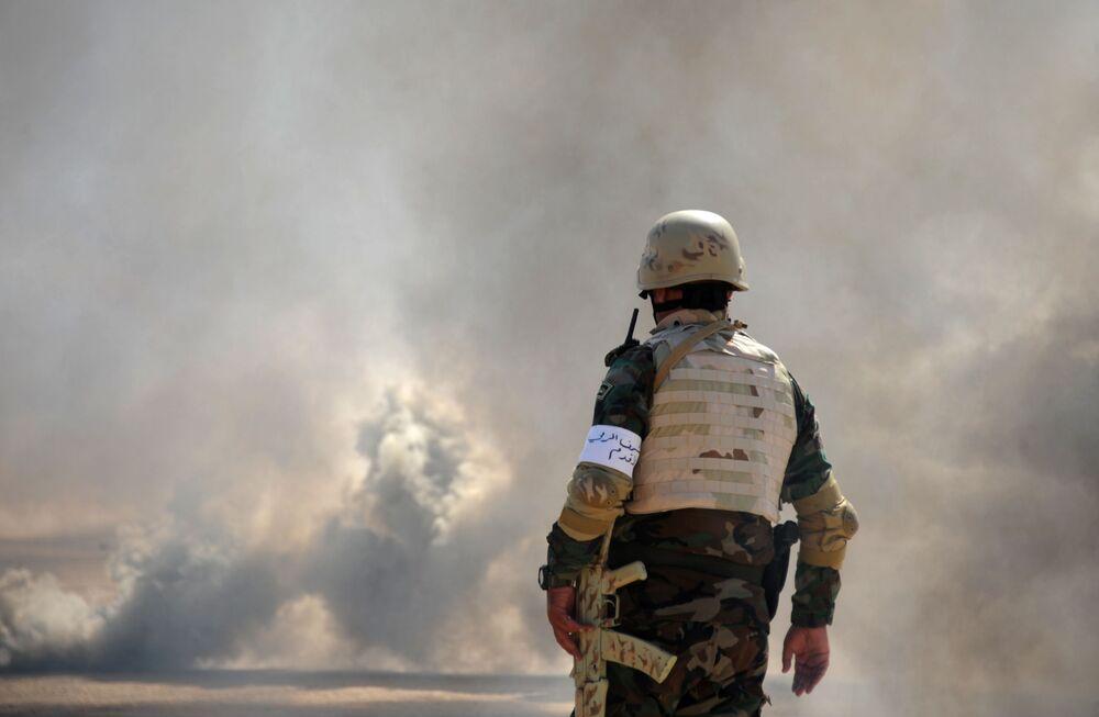 Oficial do Exército da Síria observa campo de treinamento em Yafour, Síria