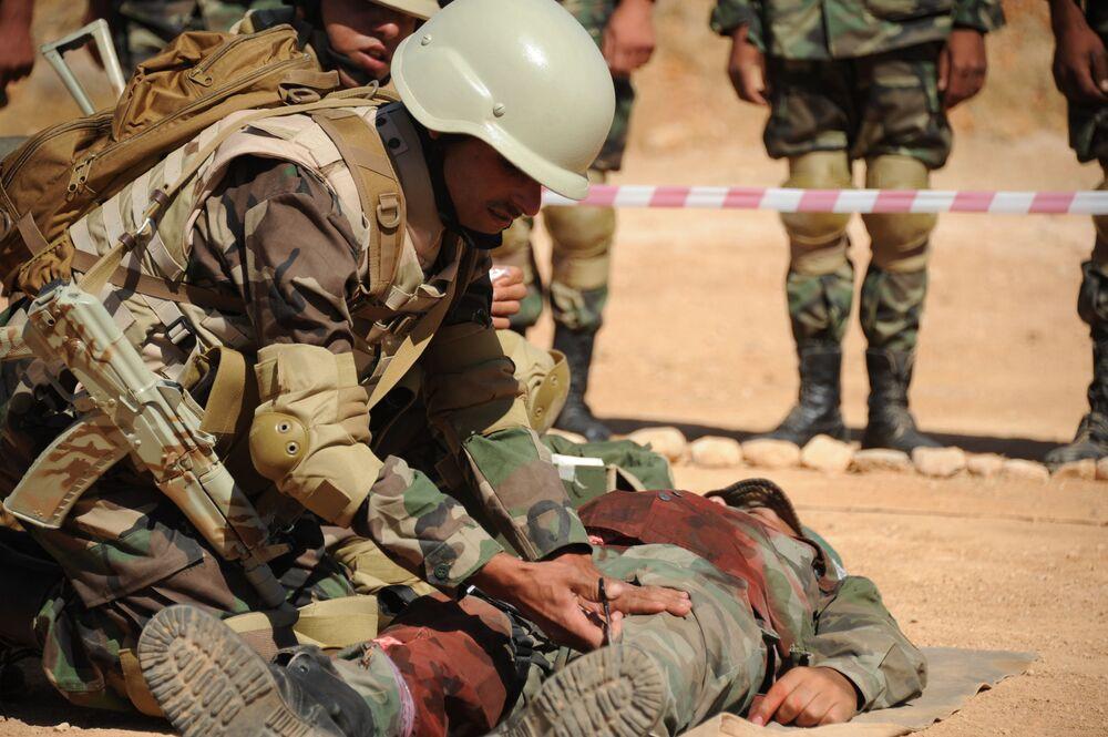 Soldados sírios durante treinamento de primeiros socorros em Yafour, Síria