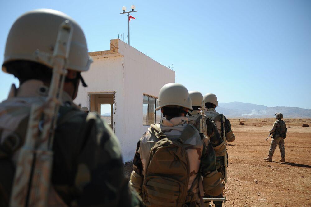 Soldados sírios em fila durante sessão com instrutores russos em Yafour, Síria