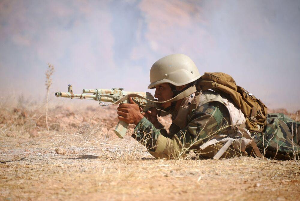 Soldado sírio efetua disparos durante treinamento em Yafour, Síria