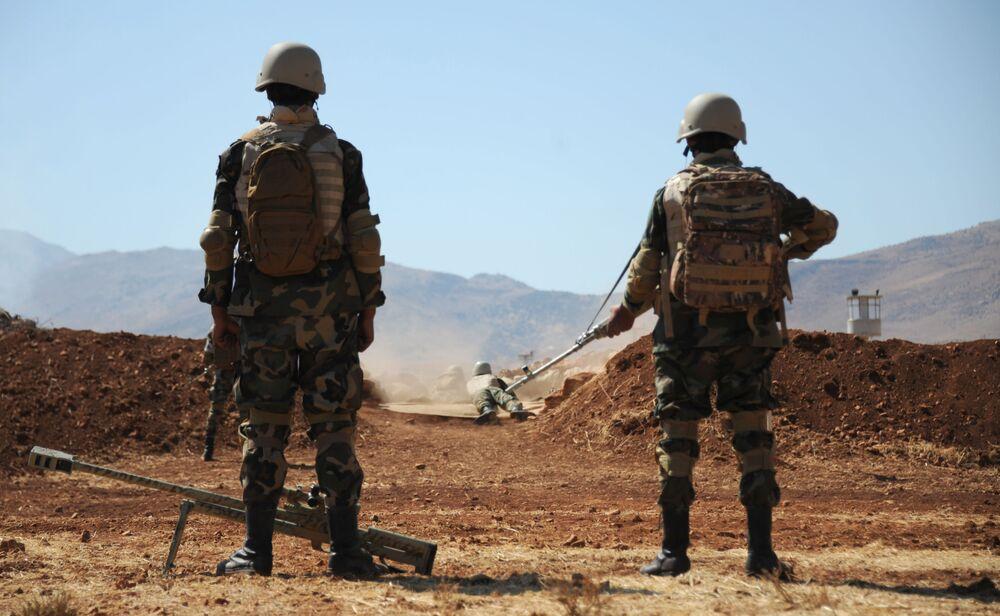 Atiradores de elite sírios durante exercícios de tiro em Yafour, Síria