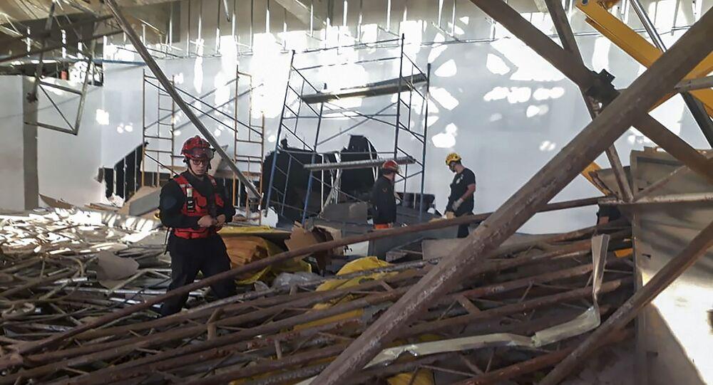 Socorristas e policiais no Aeroporto Internacional de Buenos Aires-Ezeiza depois do colapso de um andaime no edifício do novo terminal em construção, em 24 de setembro