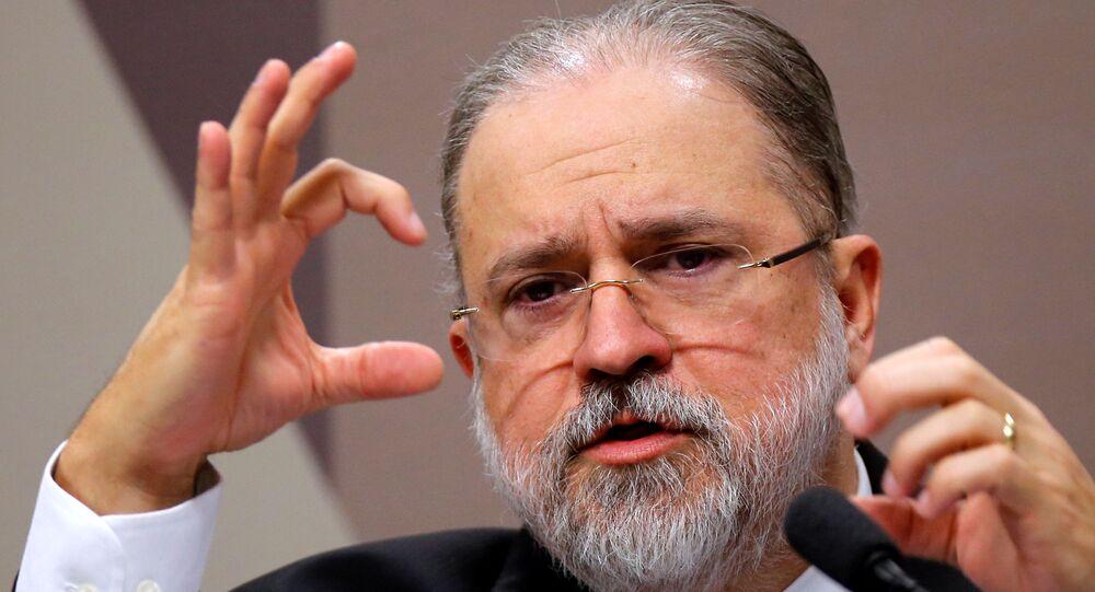 Augusto Aras, indicado pelo presidente Jair Bolsonaro para assumir a Procuradoria-Geral da República do Brasil, gesticula durante sabatina no Senado