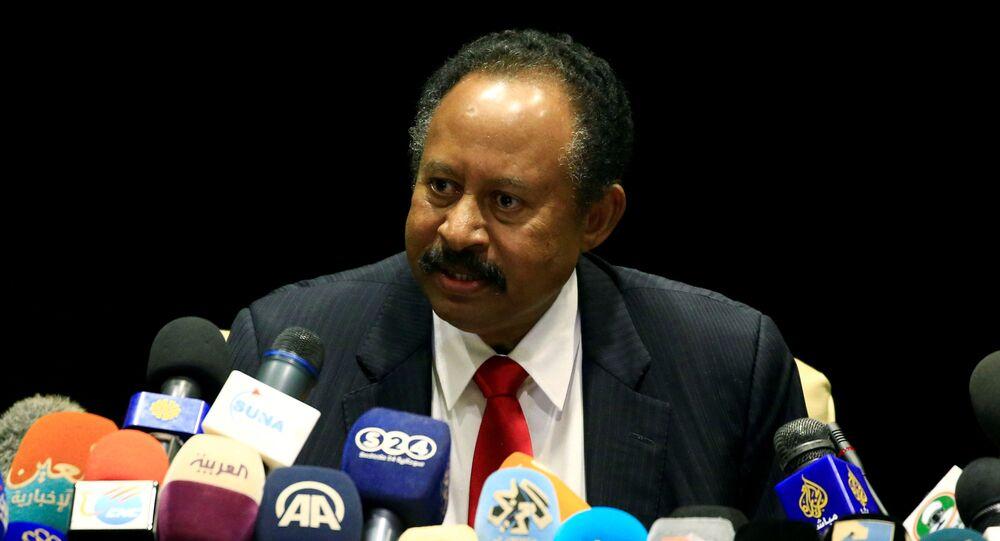 O primeiro-ministro do Sudão, Abdalla Hamdok, fala durante coletiva de imprensa após encontro com o chanceler alemão Heiko Maas, em Cartum, capital sudanesa, em 3 setembro de 2019.