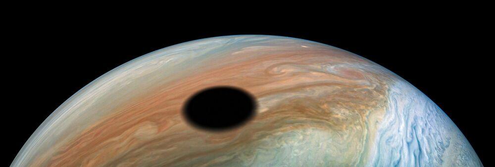 Um dos satélites de Júpiter cria sombra no planeta