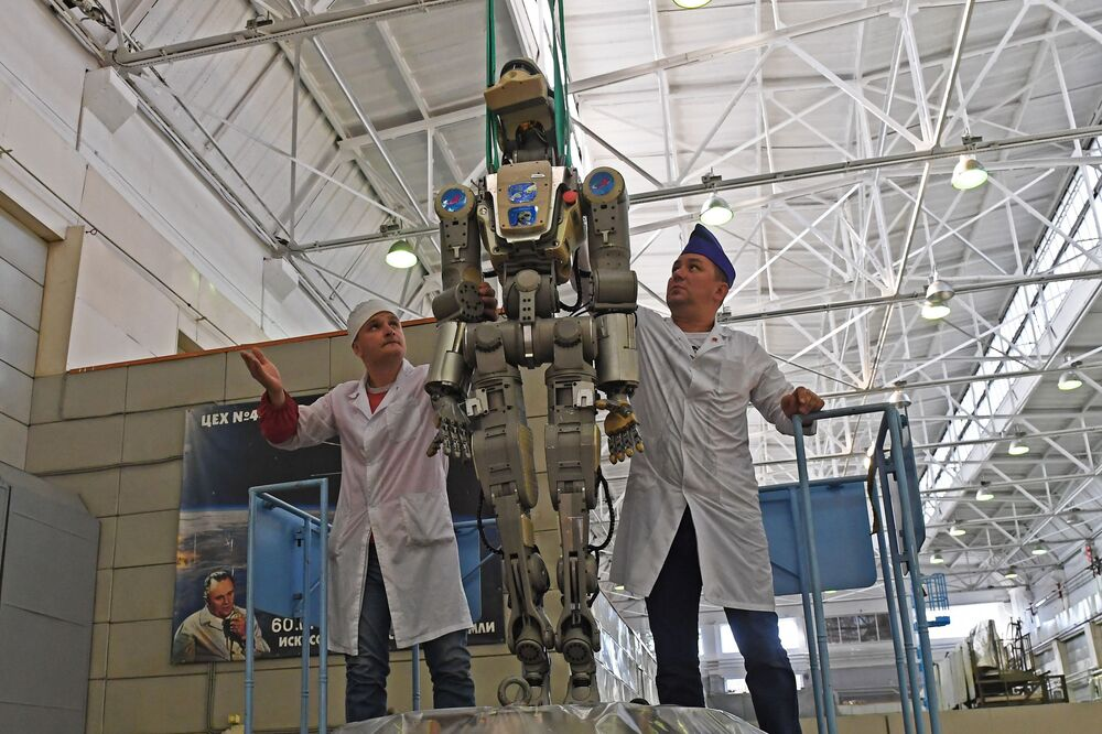 Funcionários da Corporação Energia removem o robô humanoide Fyodor da espaçonave Soyuz MS-14 depois do voo até a Estação Espacial Internacional