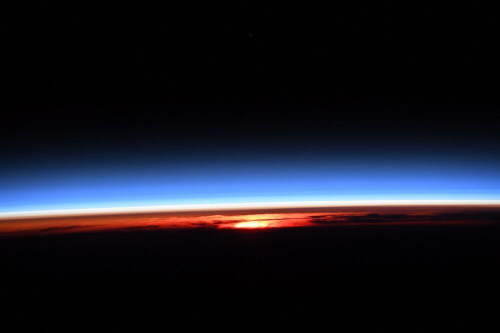 Nascer do Sol visto desde a Estação Espacial Internacional