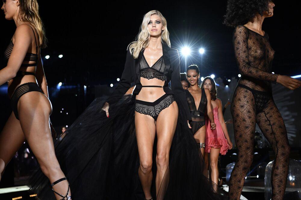 Modelos desfilam no Etam Live Show no primeiro dia da Semana de Moda de Paris, no dia 24 de setembro de 2019