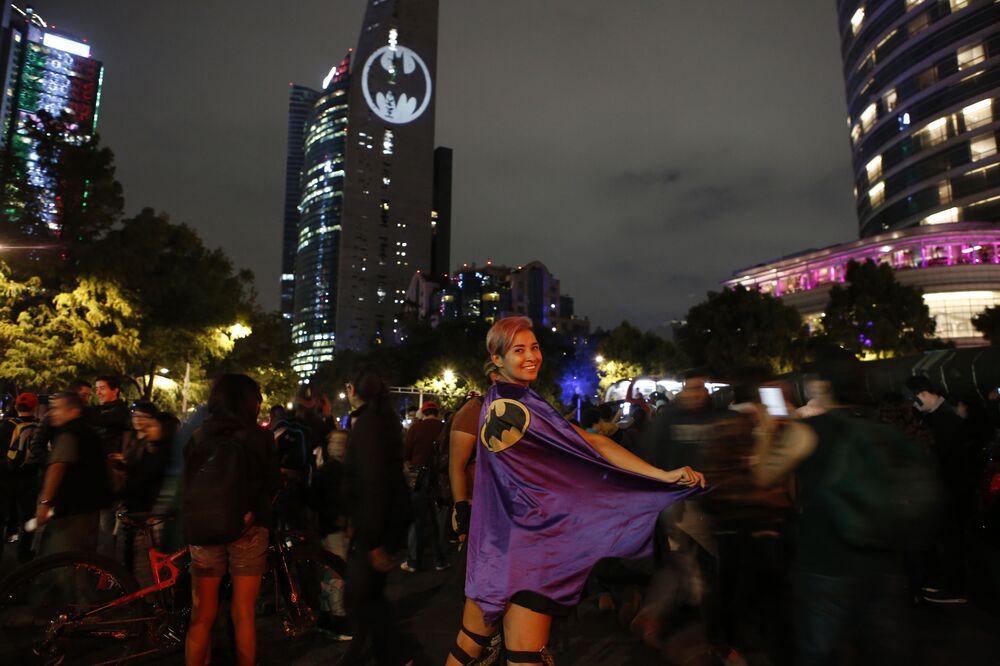 Stephanie Salgado posa com capa do Batman durante o 80º aniversário do personagem na Cidade do México em 21 de setembro de 2019