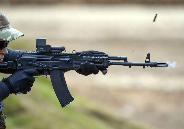 Fuzil AK-74M passando por teste de disparo na exposição Exército 2015 em Kubinka, na Rússia