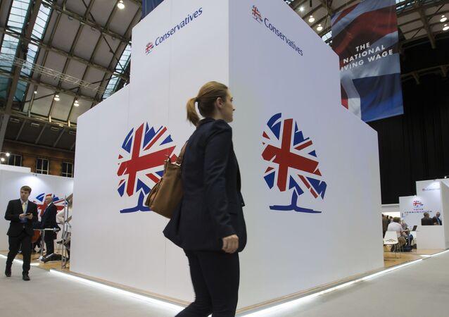 Delegada do Partido Conservador caminha durante conferência da legenda