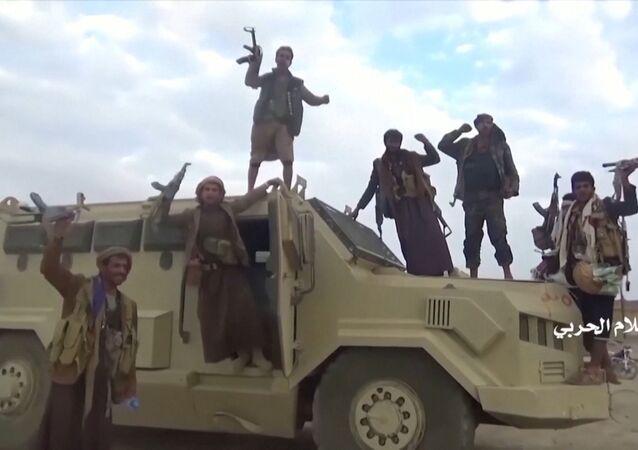 Houthis iemenitas em suposto veículo saudita capturado após ataque na província saudita de Najran, perto da fronteira entre Iêmen e Arábia Saudita, 29 de setembro de 2019