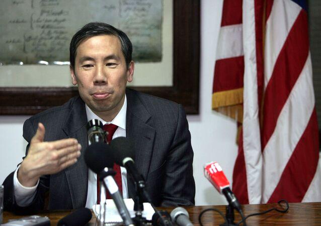 O então vice-secretário assistente para assuntos na África, Donald Yamamoto, durante uma coletiva de imprensa e 25 de abril de 2006 na embaixada norte-americana do Chade, na capital N'djamena.
