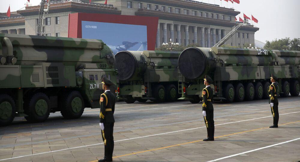 Veículos militares chineses demonstrando o míssil balístico DF-41 durante o desfile militar em homenagem aos 70 anos da criação da República Popular da China