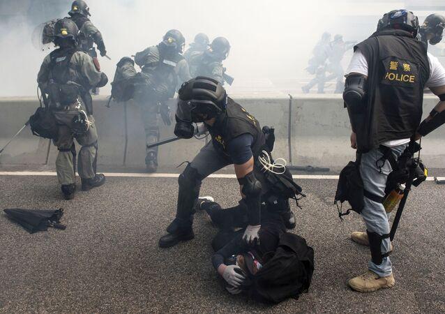 Policiais durante a detenção de manifestantes em Hong Kong