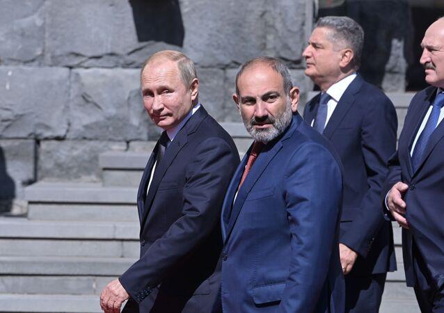 Presidente russo Vladimir Putin ao lado do primeiro-ministro armênio Nikol Pashinyan, antes da fotografia conjunta dos chefes das delegações dos Estados-membros da Comunidade Econômica Eurasiática (CEE), na Armênia