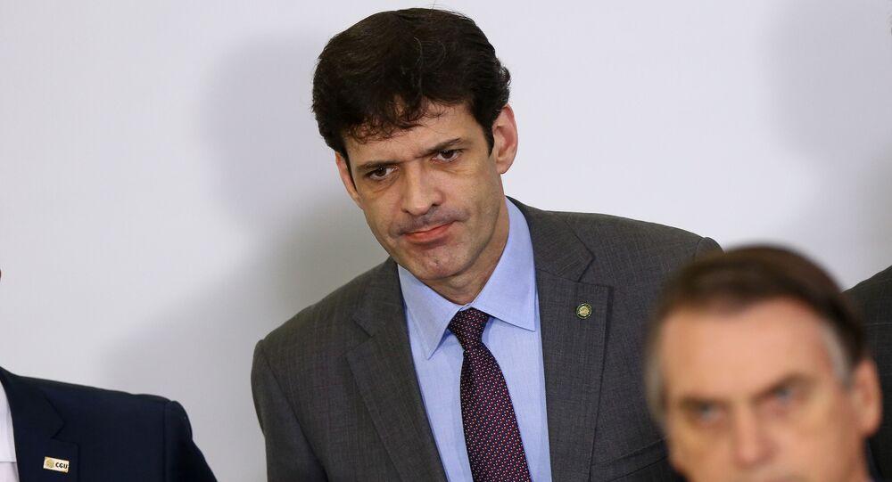O presidente Jair Bolsonaro e o ministro do Turismo, Marcelo Alvaro Antonio, participam de cerimônia no Palácio do Planalto.