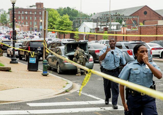 Policiais monitoram ruas próximas à sede administrativa da Marinha dos EUA, em Washington