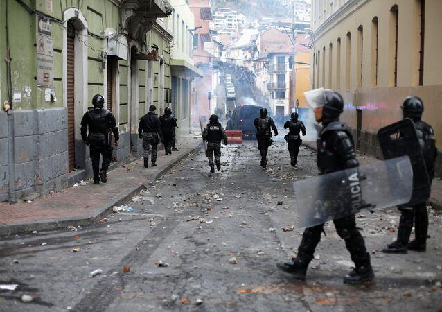 Agentes de polícia patrulhando as ruas de Quito durante violentos protestos contra o governo de Lenín Moreno