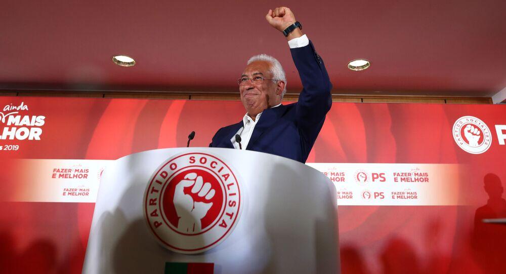 Primeiro-ministro e candidato do Partido Socialista (PS) de Portugal, António Costa, comemora após os resultados preliminares das eleições gerais em Lisboa, Portugal, 7 de outubro de 2019