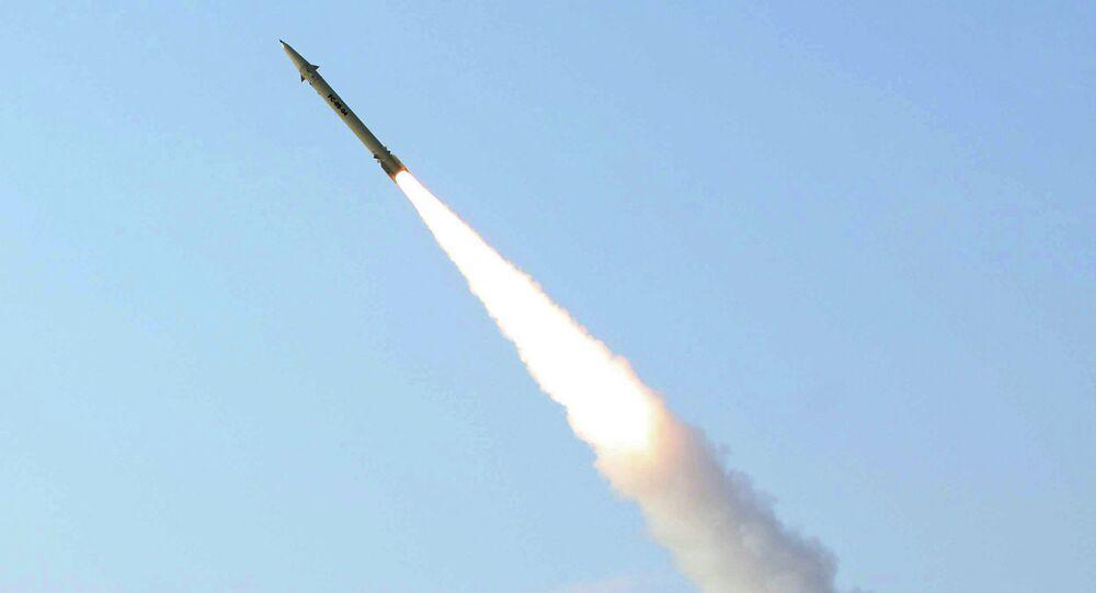 Míssil Fateh-110, de curto alcance, lançado pelas Forças Armadas iranianas