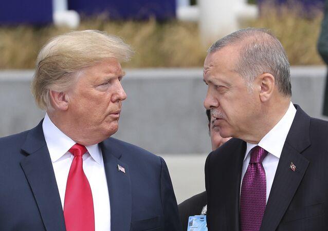 Presidente dos EUA Donald Trump conversa com o presidente turco Recep Tayyip Erdogan, enquanto visitam a nova sede da OTAN em Bruxelas, Bélgica, 11 de julho de 2018
