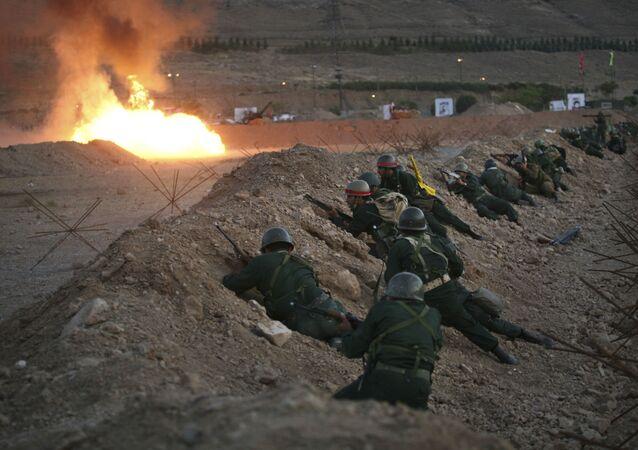 Membros da Guarda Revolucionária iraniana durante manobras militares, Teerã, Irã (imagem de arquivo)