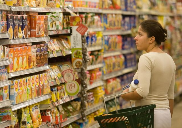 Consumidora compra em supermercado de São Paulo, em 16 de abril de 2009