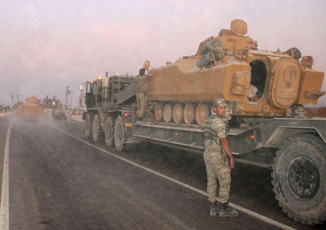 Soldado turco ao lado de veículo blindado na fronteira turco-síria, 9 de outubro de 2019