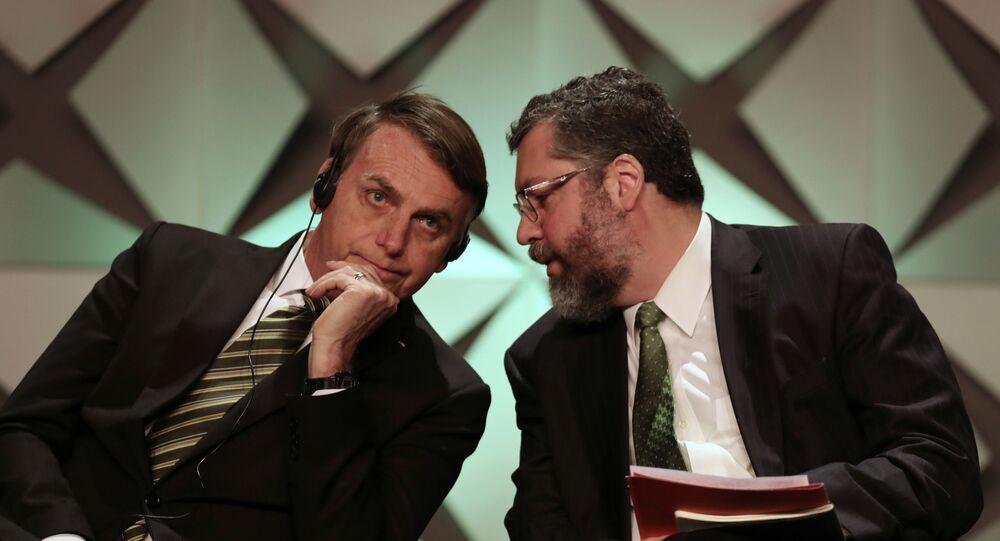 O presidente Jair Bolsonaro e o ministro de Relações Exteriores, Ernesto Araújo