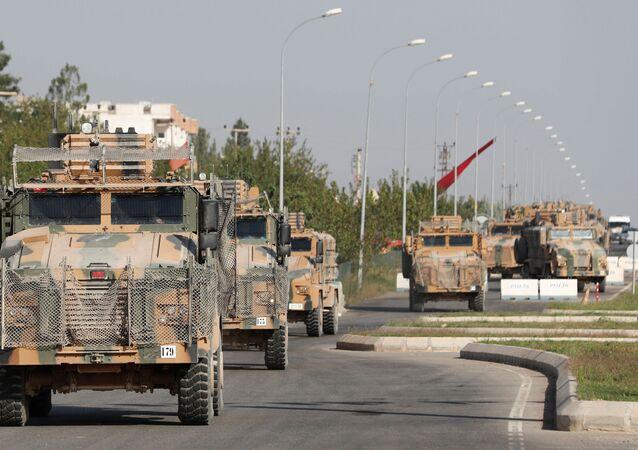 Veículos militares turcos na cidade fronteiriça de Ceylanpinar, em 11 de Outubro de 2019