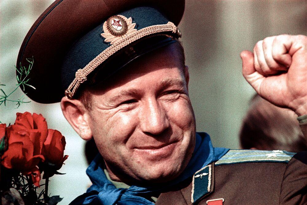Aleksei Leonov, o primeiro homem da história a caminhar no espaço