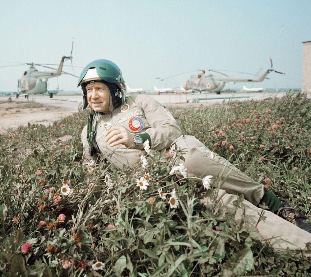 Aleksei Leonov, piloto-cosmonauta da URSS após voo de treino