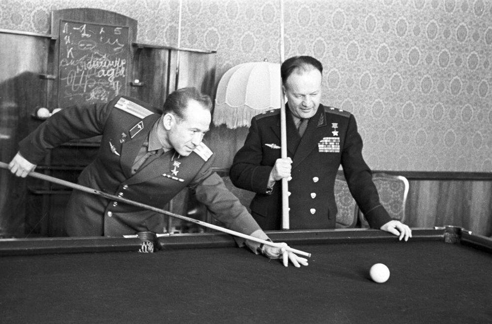 Cosmonauta Aleksei Leonov e tenente-general da aviação Nikolai Kamanin jogam sinuca