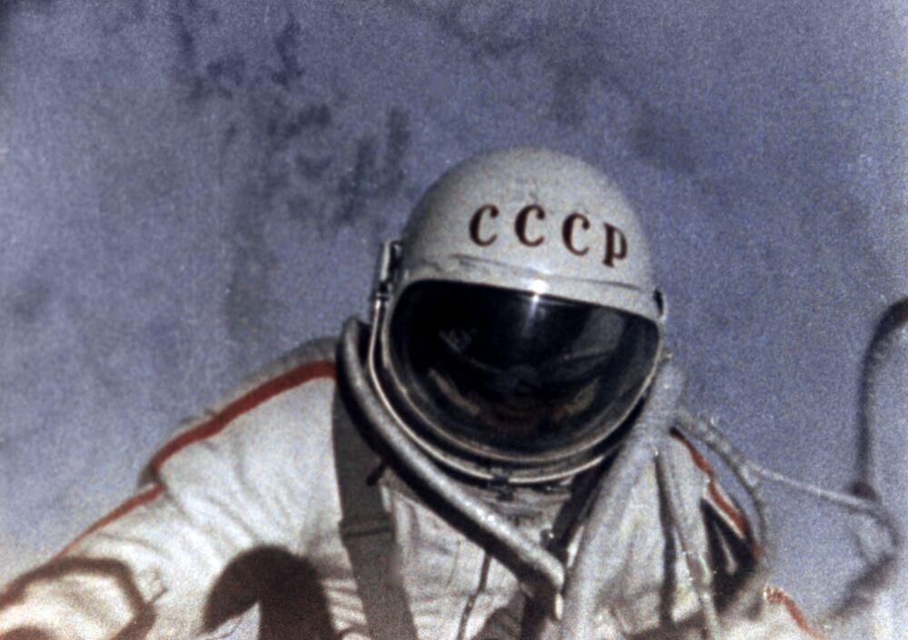 Aleksei Leonov em cena do documentário De traje espacial acima do planeta