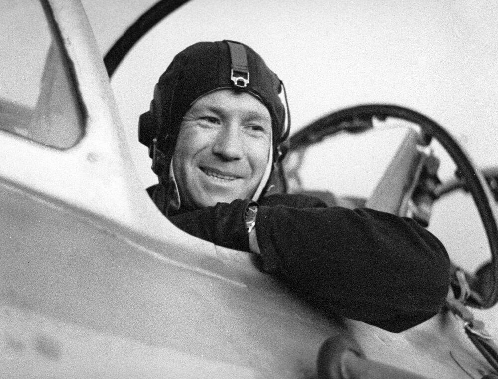 Cosmonauta Aleksei Leonov depois de um voo de treino sentado em um avião a jato. O treino foi realizado antes da viagem de Leonov ao espaço