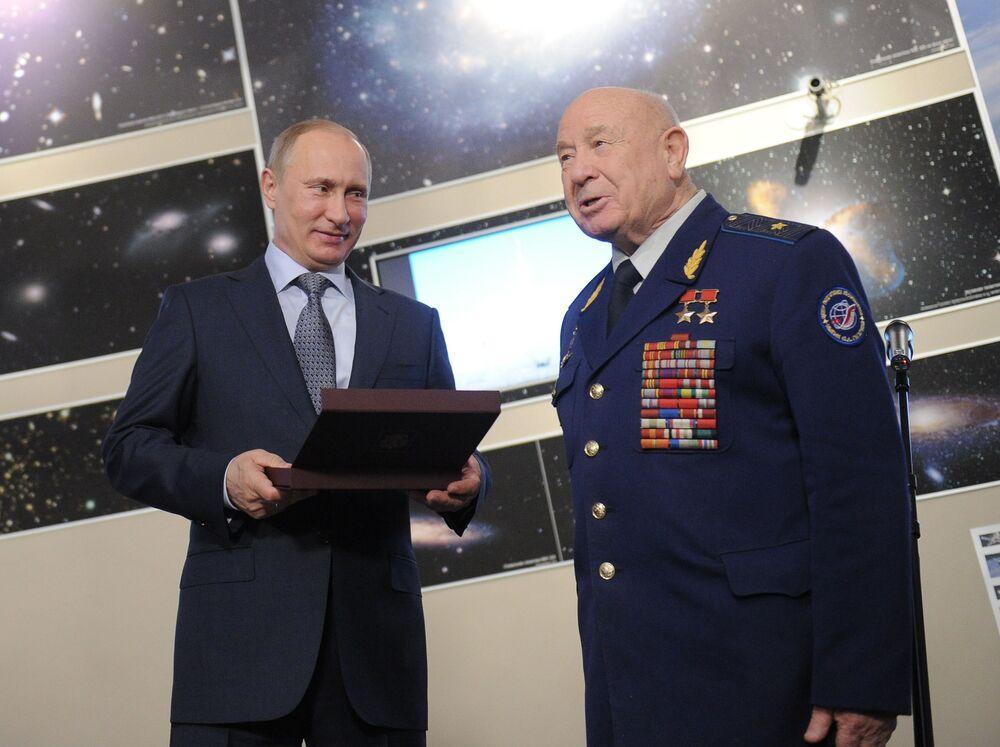 Vladimir Putin entrega o Prêmio Yuri Gagarin ao cosmonauta Aleksei Leonov