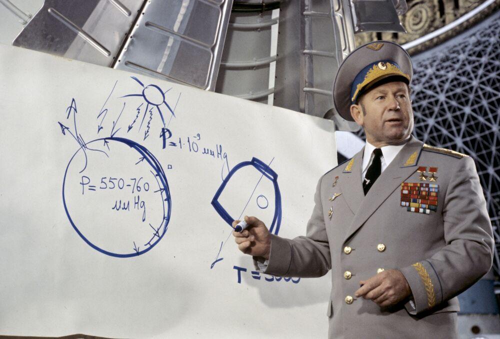 Aleksei Leonov, herói da União Soviética, dá palestra no Centro Panrusso de Exposições da URSS