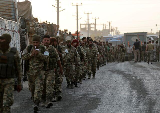 Combatentes rebeldes apoiados pela Turquia na cidade fronteiriça de Akcakale