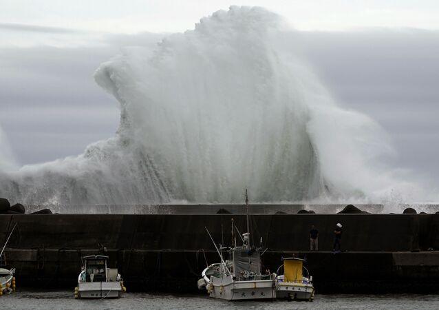 Onda explode ao fundo, devido ao tufão Hagibis, na cidade portuária de Kiho, no Japão, em 11 de outubro de 2019