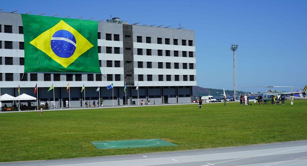 Bandeira do Brasil em prédio da Escola Naval, no Rio de Janeiro