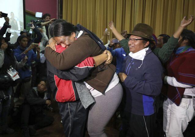 Líderes indígenas comemoram acordo com governo do Equador que deve cancelar pacote de austeridade no país, após protestos populares