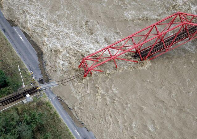 Ponte ferroviária sobre o rio Chikuma, em Ueda, caiu.