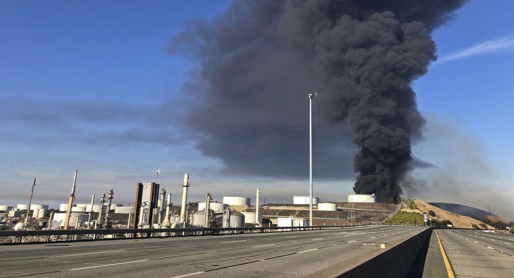 Fumaça subindo após a explosão na refinaria NuStar, na Califórnia, EUA