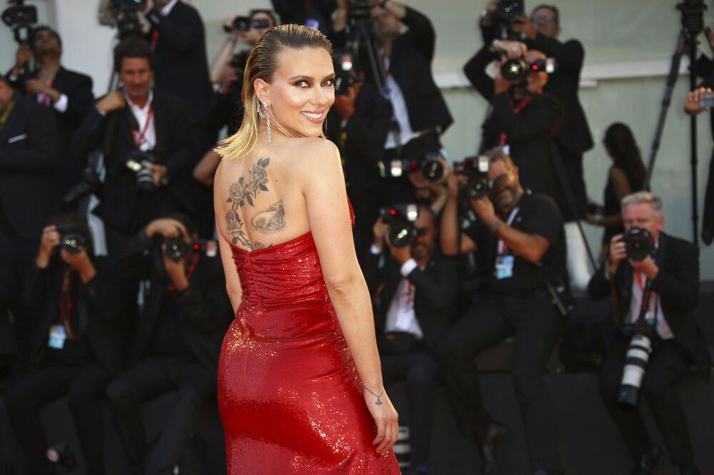 Scarlett Johansson se exibe para fotógrafos na estreia do filme História de um Casamento durante a 76ª edição do Festival de Cinema de Veneza