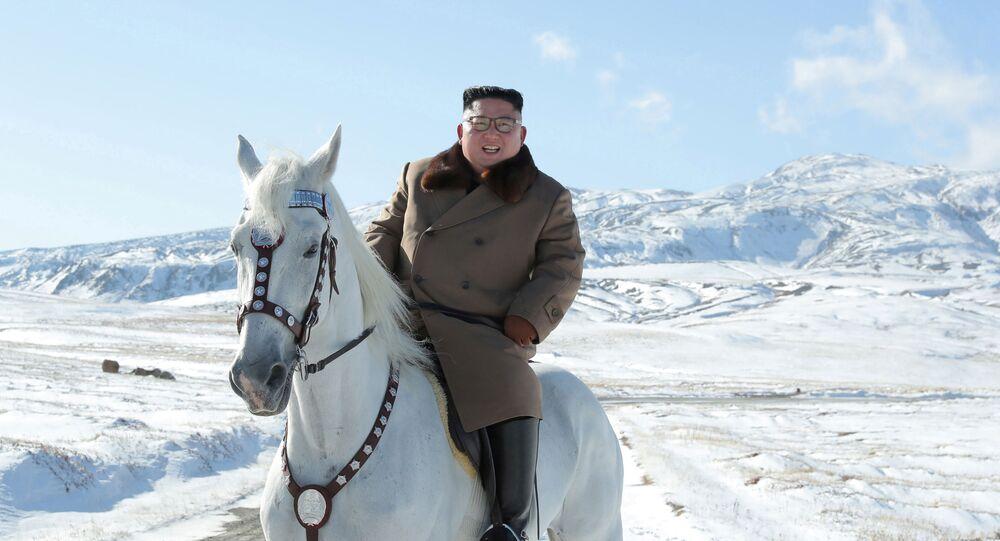 A jornada ao monte Paektu, que fica próximo à fronteira da China, foi amplamente noticiada na Coreia do Norte