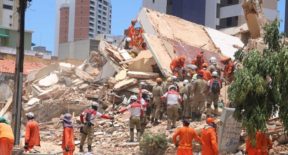 Movimentação após desabamento do prédio residencial no bairro Dionísio Torres, área nobre de Fortaleza (CE).