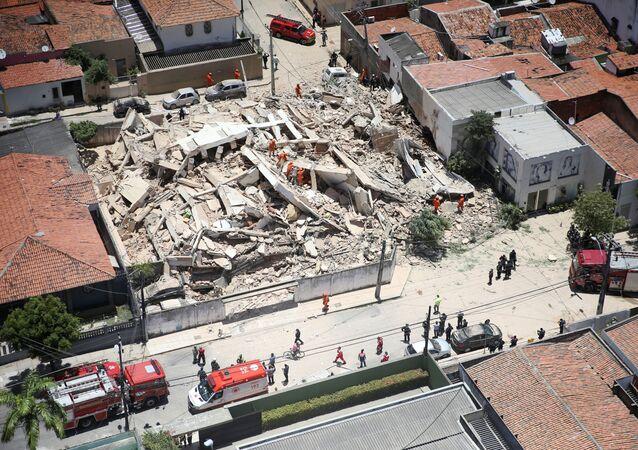 Equipes de resgate trabalham para tentar encontrar sobreviventes nos escombros de prédio que desabou em Fortaleza.